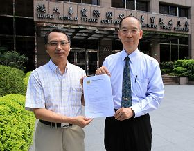 台湾营救受迫害法轮功学员协会理事长萧松山(左)与副理事长戴瑞鹏,向驻台北韩国代表部递交请愿书表达抗议。