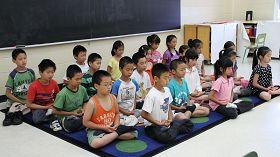 中班学生正在炼法轮功第五套功法——神通加持法