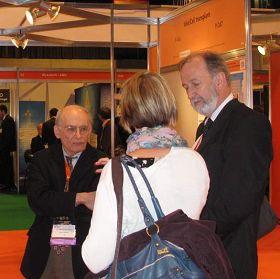 英国心理学家克拉克女士在欧洲器官移植大会的海报展览会场遇到了麦塔斯先生