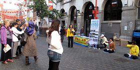 英国法轮功学员近几个月来每周六都在伦敦唐人街展示功法、讲真相