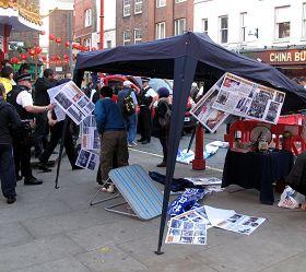 警察在暴徒冲击英国退出中共服务中心活动现场后来调查