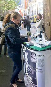 '悉尼学员在市中心乔治街揭露中共活体摘取法轮功学员器官的罪行,了解真相的民众纷纷签名支持制止中共的恶行。'