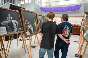 密苏里州圣彼得市政大厅里,人们认真欣赏真善忍国际美展画作