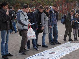 波兰法轮功学员在华沙市中心地铁广场揭露中共活摘器官等迫害法轮功学员的罪行。
