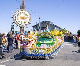 精美的花车经过旧金山渔人码头