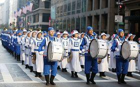 二零一二年纽约老兵节游行中法轮功学员的队伍