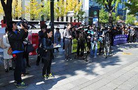 """""""中共活摘器官真相调查委员会""""在韩国首尔媒体中心大楼前举行新闻发布会,谴责韩国政府在中共压力下掩盖中共活摘器官的罪行。"""