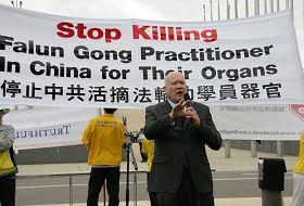 《失去新中国》的作者伊森•葛特曼先生在集会上发言