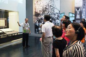 '二零一二年陈柏湘在历史博物馆导览'