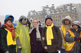 二零一二年一月三十一日,来自加拿大东部城市的法轮功学员在首都国会山庆祝法轮大法洪传二十周年。绿党领袖、国会议员伊丽莎白•梅赶到现场祝贺并演讲。