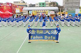 一百多位法轮功学员组成的天国乐团的定点演奏吸引许多民众围观。