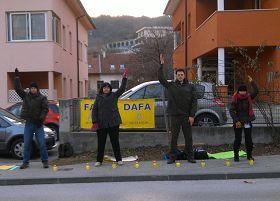 克罗地亚共和国(Hrvatska)首都萨格勒布(Zagreb),法轮功学员在中使馆对面反迫害。