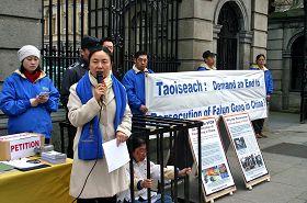 法轮功学员于爱尔兰议会大楼外召开新闻发布会