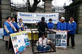 法轮功学员以酷刑模拟演示的方式揭露中共迫害