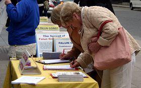 人们纷纷签名声援法轮功反迫害