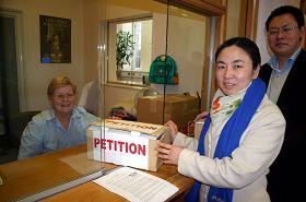 法轮功学员代表把二万多个爱尔兰民众的签名信递交总理府,呼吁总理访华时提出法轮功受迫害问题