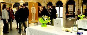 """""""真善忍国际美展""""在波尔多市中心阿勒•德•夏荷通展馆开始为期十天的展出"""