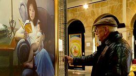 这位老人含着泪表示每天都要来观看画展