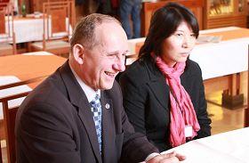 '捷克参议员卡雷尔·史贝克(左)接见法轮功学员吕适平女士'