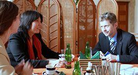 '捷克参议员米洛斯·维斯特茨勒(右)接见法轮功学员吕适平女士'