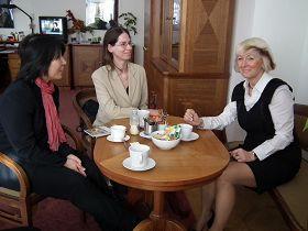'捷克众议员杨娜·菲舍洛娃(右)接见法轮功学员吕适平女士'