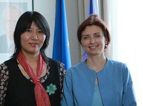 '捷克政府人权专员莫妮卡·西蒙科娃 (右)接见法轮功学员吕适平女士'