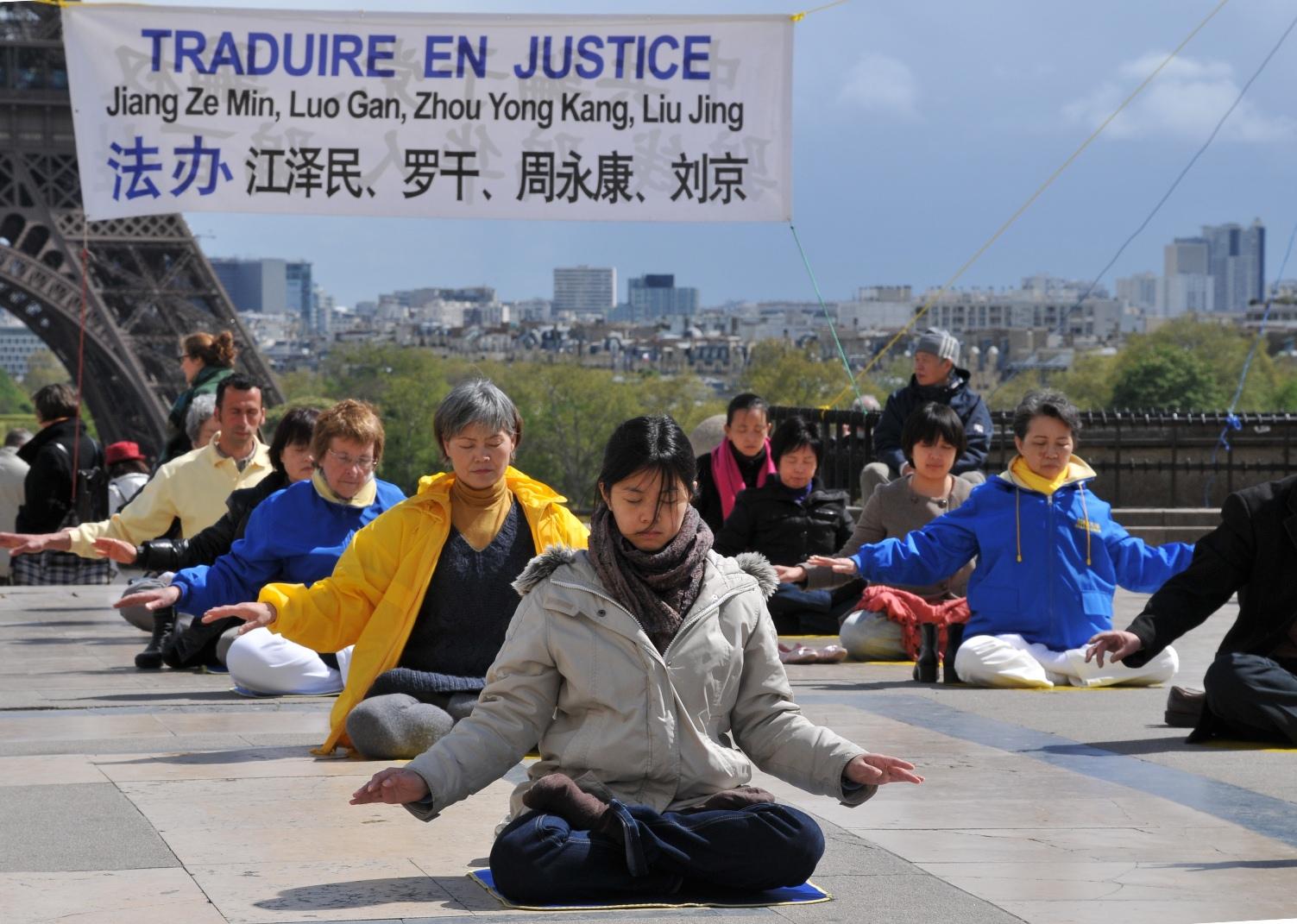 巴黎人权广场上集体炼功