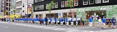 """二零一二年四月二十二日,日本法轮功学员在东京举行游行,纪念""""四•二五"""""""