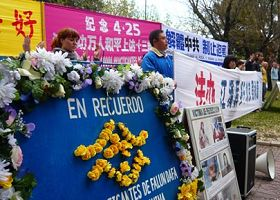 '纪念四·二五,西班牙法轮功学员中使馆前呼吁停止迫害'