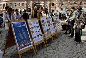 '瑞典民众在展板前了解法轮功真相'