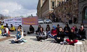 '来瑞典旅游的土耳其学生明白真相后,主动要和法轮功学员坐在一起抗议中共迫害'