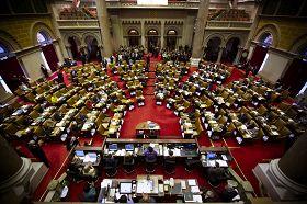 记者会后,七十多位法轮功支持者在纽约州众议员史蒂文森(Eric