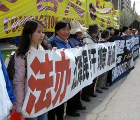 出国一年的秦女士(左一)曾在重庆女子劳教所被非法关押了一年