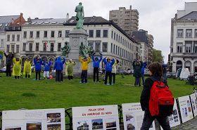 '纪念四·二五,比利时学员在欧洲议会前的卢森堡广场上摆放真相图片展,及展示法轮功的功法。'