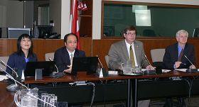 4月25日加拿大法轮大法学会主席李迅(左二)、发言人戴工羽(左一)以及大卫·乔高(右一)在国会论坛上发言,本次会议由法轮功之友主席、国会议员布莱特·拉斯基薄主持(右二)。