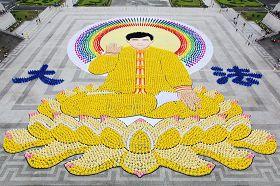 '台北自由广场前,由七千四百名法轮功学员排出法轮功创始人李洪志先生法像,盛大壮观。'