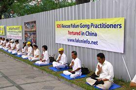 """纪念""""四·二五"""",印尼法轮功学员在雅加达中共大使馆前举行烛光纪念活动。"""
