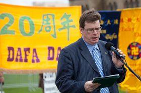 国会法轮功之友主席、议员布兰特•拉斯基波在二零一二年五月九日庆祝法轮大法洪传二十周年集会上演讲。