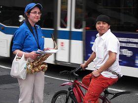 在附近工作的Lebill骑单车路过活动现场,
