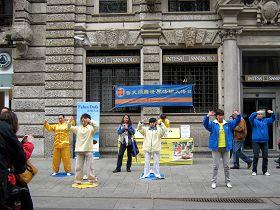 法轮功学员在米兰著名的斯福尔扎古城堡演示功法