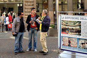 法轮功学员向意大利民众讲真相