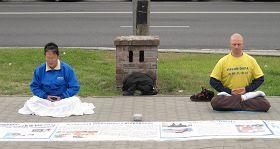 5.13波兰大法弟子在中使馆门前静坐,抗议中共迫害法轮功