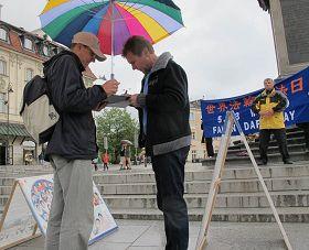 波兰市民现场签名,反对中共迫害法轮功