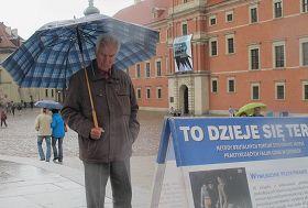 雨中了解真相的波兰人