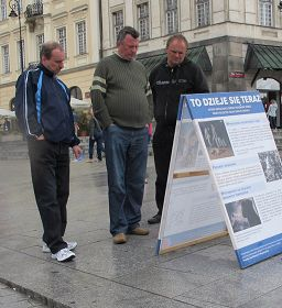 波兰民众华沙古城观看真相展板