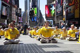 法轮功学员在纽约时代广场集体炼功