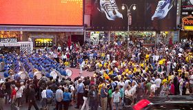 天国乐团在纽约时代广场演奏,大批观众欣赏