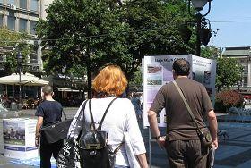 '塞尔维亚的大法弟子在首都贝尔格莱德市中心举办信息日,吸引过往民众驻足观看功法演示,了解真相。'