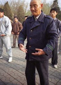 一九九九年四月初,几个炼功点的近千名法轮功学员在沈阳和平广场晨炼——炼功人群中的老人。