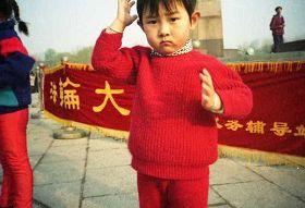 一九九九年四月初,几个炼功点的近千名法轮功学员在沈阳和平广场晨炼——炼功人群中的孩子。